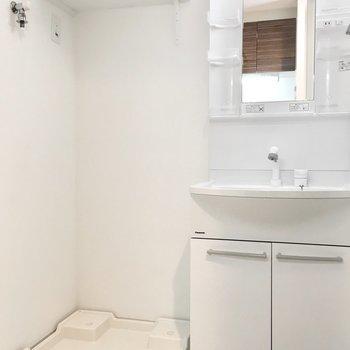 洗面台と洗濯パンはお隣どうし。※写真は6階類似間取り・別部屋のものです