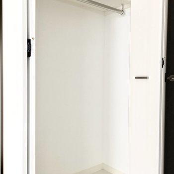クローゼットは一人分にいいサイズ感。※写真は6階類似間取り・別部屋のものです