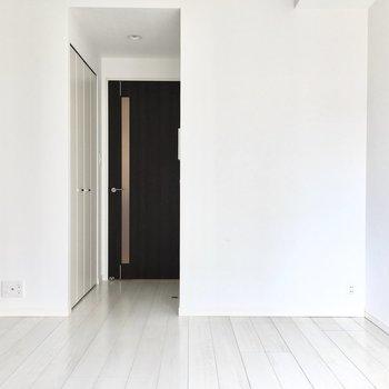 クローゼットは入り口に。※写真は6階類似間取り・別部屋のものです