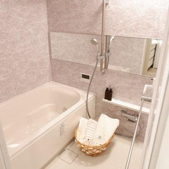 シャワーの高さは自由に調整可能です。椅子も置ける広さがありました。※家具・雑貨はサンプルです