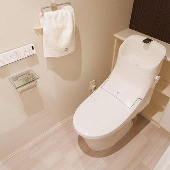 ゆったりとしたお手洗いです。扉付きの収納もあります。※家具・雑貨はサンプルです