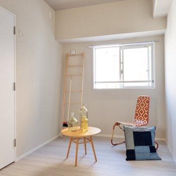 【洋室②】こちらは少しコンパクトですが、作業に集中するには良さそうです。※家具・雑貨はサンプルです