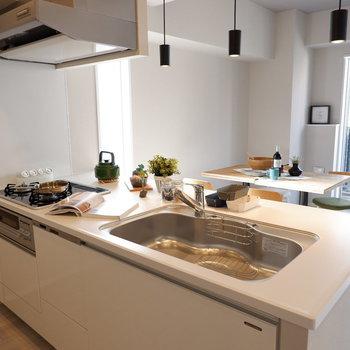 シンクも広く、洗い物に便利です。※家具・雑貨はサンプルです