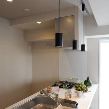 キッチン上にはライティングレールがあり、カウンターだけを点灯も可能です。※家具・雑貨はサンプルです