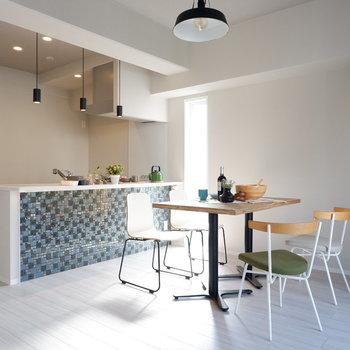 白を基調とした爽やかな空間です。※家具・雑貨はサンプルです