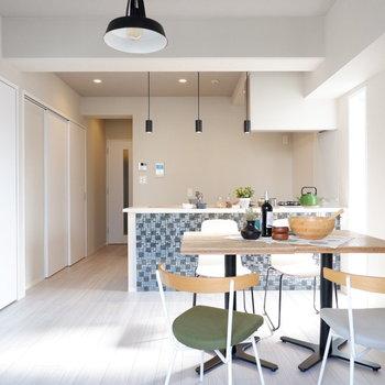 キッチンにかけて奥行きがあり、ゆったりとした印象です。※家具・雑貨はサンプルです