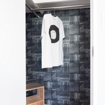 【洋室①】WIC内は服が際立つようなシックなアクセントクロスです。※家具・雑貨はサンプルです