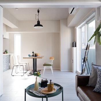 【洋室①】リビングとは吊り扉で仕切られていて、開けると1つの空間として利用できます。※家具・雑貨はサンプルです