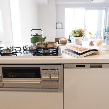 グリル付き3口コンロに加えて、食洗機まであります。※家具・雑貨はサンプルです