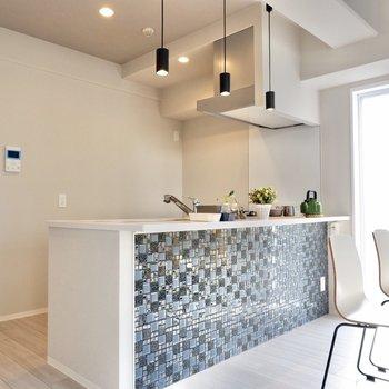 多くの青が混在したタイルが目を引きます。※家具・雑貨はサンプルです