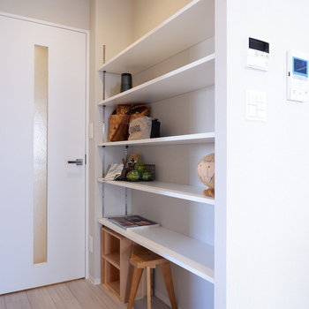 リビングに戻り、廊下前にも可動棚の収納があります。※家具・雑貨はサンプルです