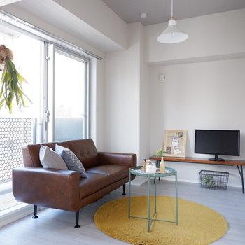 【洋室①】こちらが少し広い洋室で、シングル以上のベッドも置ける広さです。※家具・雑貨はサンプルです
