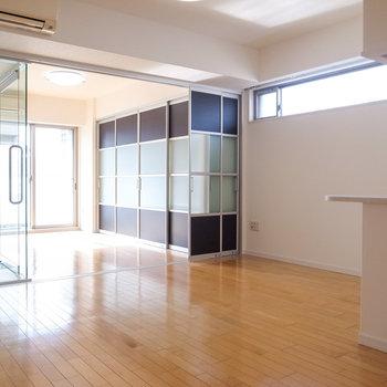 【LDK】洋室のスライドドアを全開にすれば開放感たっぷりです。