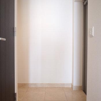 玄関も広くとられています。ドアの向かいには、