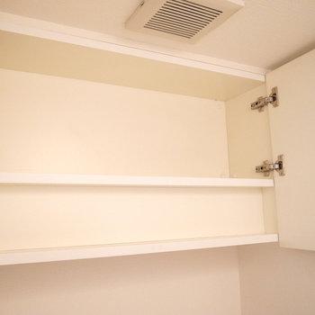頭上に戸棚がありますよ。