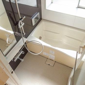 お風呂のドアだって透けています。大きめの小窓・テレビがついてて最高のくつろぎ空間に。