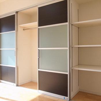 【洋室】さらにハンガーポールつきの1つと棚つきが1つ。奥行きは肩幅ほどです。