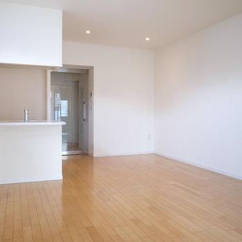 【LDK】キッチンは対面式!角ばった白い壁と木目、デザイナーズらしいですね。