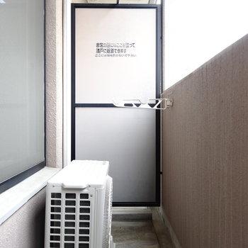 バルコニーへは、窓前のスペースを乗り越えて行ってね!(※写真は4階の同間取り別部屋のものです)