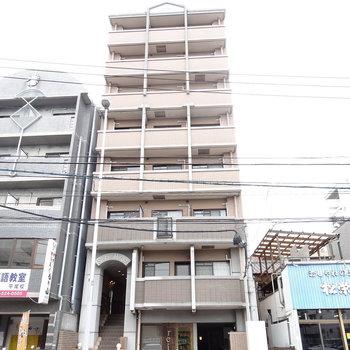 平尾駅から続く大通りに面しています