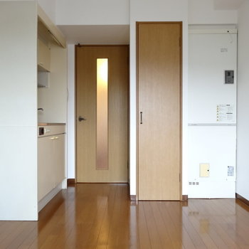 収納とキッチンは隣り合わせ(※写真は4階の同間取り別部屋のものです)