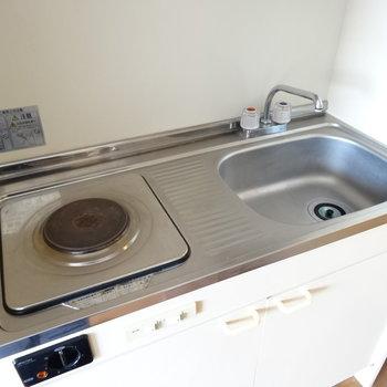 コンパクトなキッチン!作業スペースは狭めだけどあるので工夫して料理しよう!(※写真は4階の同間取り別部屋のものです)