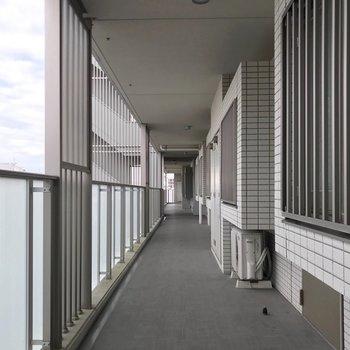 エレベーターを降りて右側に進んだお部屋です。