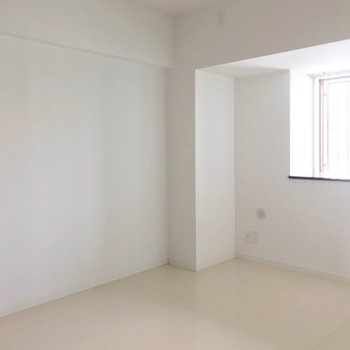 向かいは5.6帖の洋室。書斎として使ってもいいですね。(※写真は3階の反転間取り別部屋のものです)