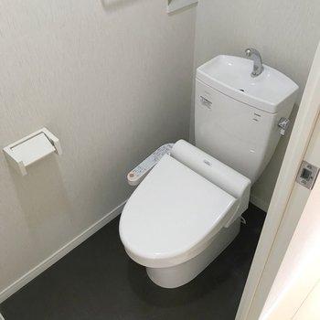 廊下挟んで向かいにトイレ。ウォシュレット付きで快適です。(※写真は3階の反転間取り別部屋のものです)