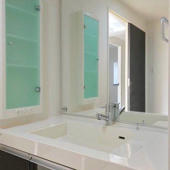 こんなに広い洗面台で朝の支度、してみたいな。(※写真は3階の反転間取り別部屋のものです)