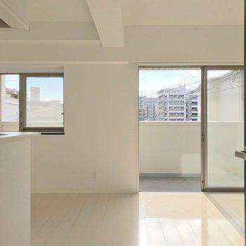 リビング、正面に2つの窓。(※写真は3階の反転間取り別部屋のものです)
