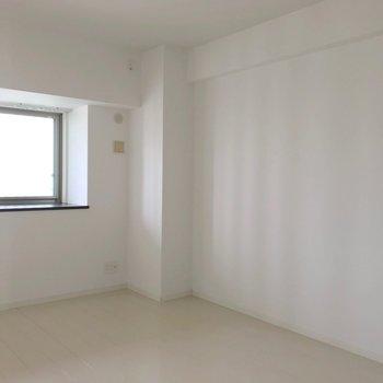 リビングから見て右の洋室は7帖。(※写真は3階の反転間取り別部屋のものです)