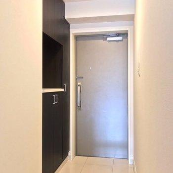 玄関はダブルロックで安心。傘立てにもこだわりたいなぁ。(※写真は3階の反転間取り別部屋のものです)