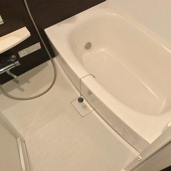 お風呂もゆったり。浴室乾燥機に追焚機能付きです。(※写真は3階の反転間取り別部屋のものです)