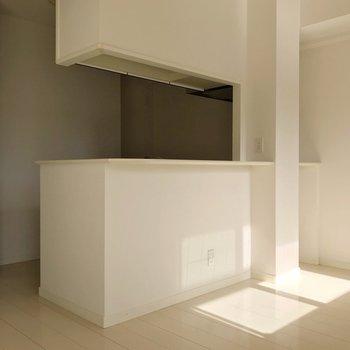 キッチンは対面式。裏に冷蔵庫を置けますよ。(※写真は3階の反転間取り別部屋のものです)