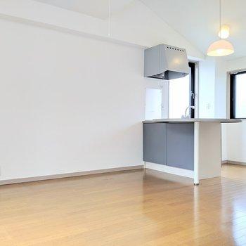 ブルーのキッチンがロマンチックです※写真は4階の同間取り別部屋のものです