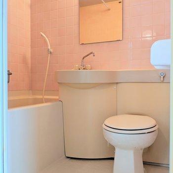 ピンクのタイルが映える3点ユニット※写真は4階の同間取り別部屋のものです