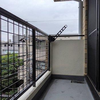 広々したバルコニー※写真は4階の同間取り別部屋のものです