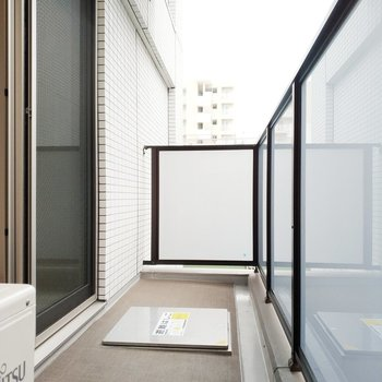 バルコニーは洗濯物をたくさん干せる大きさ。※写真は3階の同間取り別部屋のものです