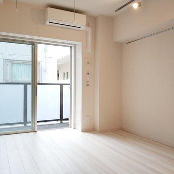 左にソファ、真ん中にコーヒーテーブル、右にテレビを置きたいかも!※写真は3階の同間取り別部屋のものです