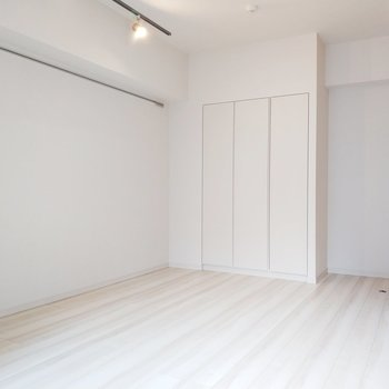 白基調でスッキリとした印象だなぁ。※写真は3階の同間取り別部屋のものです