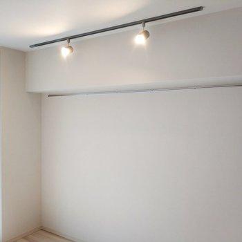 居室のスポットライトとフックがおしゃ感満載ですね※写真は3階の同間取り別部屋のものです
