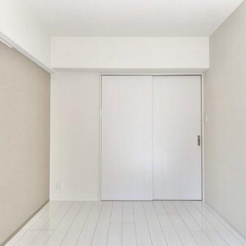 【間取り左側の洋室】ナチュラルな内装です。