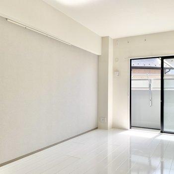 【間取り右側の洋室】壁にはフック付き。