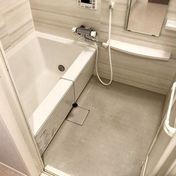追い焚き&浴室乾燥機付きの大きなお風呂!ゆったり入れます。(※写真は2階の反転間取り別部屋、清掃前のものです)