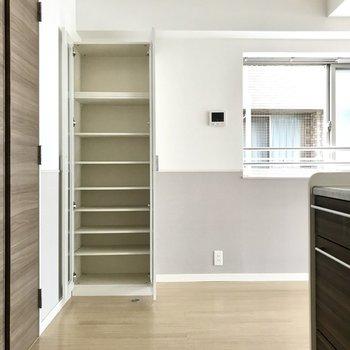 棚もついているから食器はぜんぶあそこに!(※写真は2階の反転間取り別部屋、清掃前のものです)