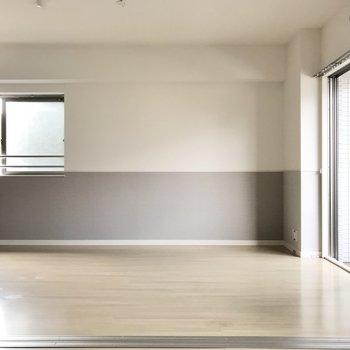白い壁にグレーの腰壁がアクセント◎(※写真は2階の反転間取り別部屋、清掃前のものです)