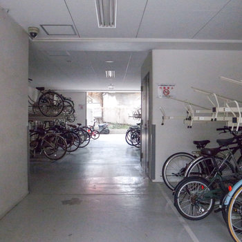 駐輪場は屋内なので大切な自転車が汚れる心配はありません。
