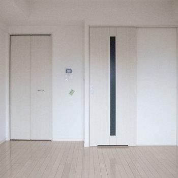 洋室は6.5帖の広さ。コンパクトですが、狭くはなさそう。(※写真は12階の同間取り別部屋のものです)