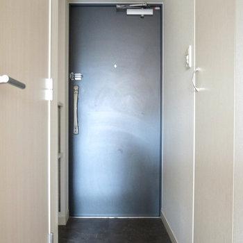 玄関は狭すぎず。(※写真は12階の同間取り別部屋のものです)